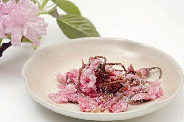 日本の春やお祝い事を彩る。桜の花の漬物「桜漬け」